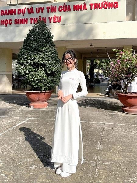 Cô nữ sinh Trà My dịu dàng trong bộ áo dài trắng thướt tha